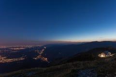 Blaue Stunde und nigth ankommend auf venetianischen prealps lizenzfreie stockfotografie