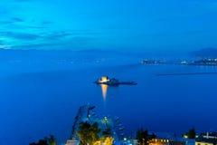 Blaue Stunde von Bourtzi-Schloss bei Nafplio in Griechenland lizenzfreies stockfoto