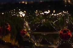 blaue Stundenweihnachtsdekoration auf einem Einführungsweihnachtsmarkt im histo lizenzfreies stockbild