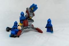 Blaue Sturmsoldaten durch Abschussrampe lizenzfreie stockfotos
