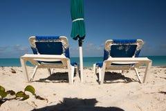 Blaue sunbeds lizenzfreies stockfoto