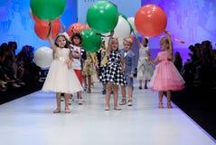 Blaue Tönung und Blinken vom Fotografen Kinder auf Podium Stockbild
