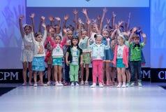 Blaue Tönung und Blinken vom Fotografen Kinder auf Podium Stockfoto