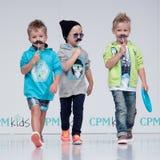 Blaue Tönung und Blinken vom Fotografen Kinder, Junge auf Podium Stockbild