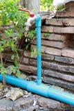 Blaue Tönung und niedriger DOF Blauer Rohrhahn und das rote Fensterladenventil stockfotografie
