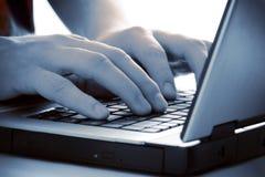 Blaue Tönungfinger auf Tastatur Lizenzfreie Stockfotos