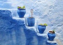 Blaue Töpfe an der Treppe Lizenzfreie Stockfotos