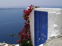 Blaue Tür auf Santorini Insel Stockbild