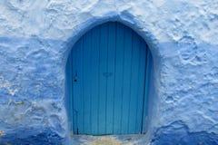 Blaue Tür in Chefchaouen Lizenzfreie Stockfotografie