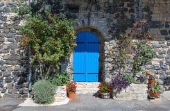 Blaue Tür in der alten Wand des Basalts im malerischen Dorf von Mirabel Ardèche, Frankreich Stockfotografie