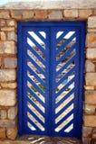 Blaue Tür in der Steinwand stockfotografie