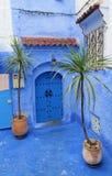 Blaue Tür in einer blauen Wand in Chefchaouen, Marokko Stockbild