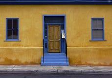 Blaue Tür im Barrio Lizenzfreies Stockfoto