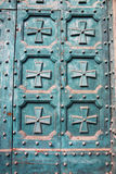 Blaue Tür mit dekorativen Elementen Lizenzfreie Stockbilder