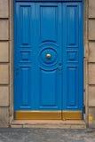 Blaue Tür mit gelbem Türknauf Lizenzfreie Stockfotos