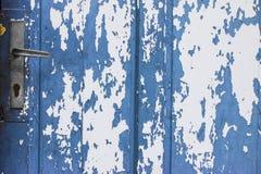 Blaue Tür mit Schalenfarbe Lizenzfreie Stockfotos