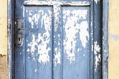 Blaue Tür mit Schalenfarbe Lizenzfreies Stockbild