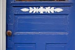 Blaue Tür mit weißer Ordnung Lizenzfreies Stockfoto