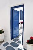 Blaue Tür in Mykonos Lizenzfreie Stockfotografie
