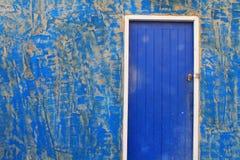 Blaue Tür und alte Wand Stockbilder