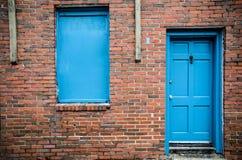 Blaue Tür und Fenster, Backsteinbau, Treme, New Orleans Stockbild