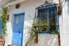 Blaue Tür und Fenster mit Kunststangen in Frigiliana, spanisches weißes Dorf Andalusien lizenzfreie stockbilder