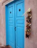 Blaue Tür und Pfeffer Stockfotos
