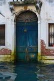 Blaue Tür in Venedig stockfoto