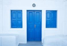 Blaue Türen Imerovigli auf Santorini-Insel lizenzfreie stockfotos