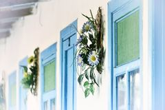 Blaue Türen und Fenster Stockfotos
