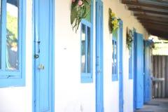 Blaue Türen und Fenster Stockbilder