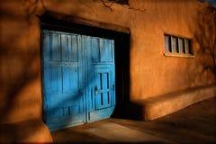 Blaue Türen und schwere Lehmziegelmauern Santa Fe New Mexiko Stockfoto