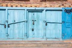 Blaue Türen zugeschlossen mit Vorhängeschlössern Lizenzfreies Stockbild