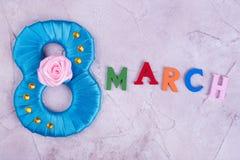 Blaue Tabelle acht und Wort März Stockbild