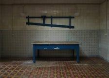Blaue Tabelle in einer alten leeren Küche stockfotos