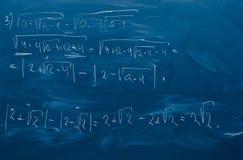 Blaue Tafel mit der Lösung der Matheaufgabe Stockfotografie
