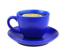 Blaue Tasse Tee mit Zitrone Stockfoto