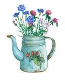 Blaue Teekanne der Weinlese Metallmit Erdbeermuster und Blumenstrauß von wilden Blumen Lizenzfreie Stockfotos