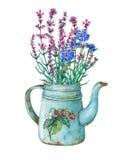Blaue Teekanne der Weinlese Metallmit Erdbeermuster und Blumenstrauß von wilden Blumen Stockbilder