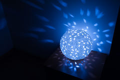 Blaue Tischlampe eingeschlossen in der Dunkelkammer Lizenzfreie Stockfotos