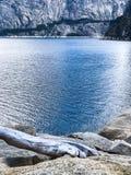 Blaue Tone Lake und Berge lizenzfreies stockfoto