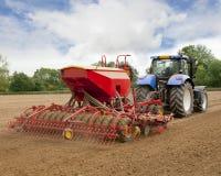 Blaue Traktor-Säen-Getreide Lizenzfreies Stockfoto