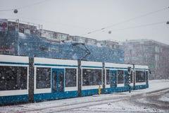 Blaue Tram an einem schneebedeckten Tag Stockfoto