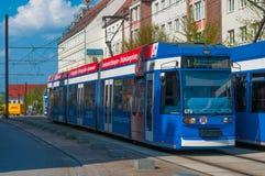 Blaue Tram in im Stadtzentrum gelegenem Rostock Lizenzfreie Stockfotos