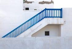 Blaue Treppe auf weißem Gebäude Stockbilder
