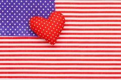 Blaue Tupfen und rotes/weißes gestreiftes Gewebe als amerikanische Flagge Stockfotos