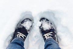 Blaue Turnschuhe auf Schnee Ein Blick von oben Lizenzfreie Stockbilder