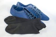 Blaue Turnschuhe und Söckchen lizenzfreies stockbild