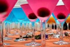 Blaue u. rosafarbene Cocktails Lizenzfreie Stockbilder