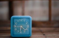 Blaue Uhr auf Bambus stockbild